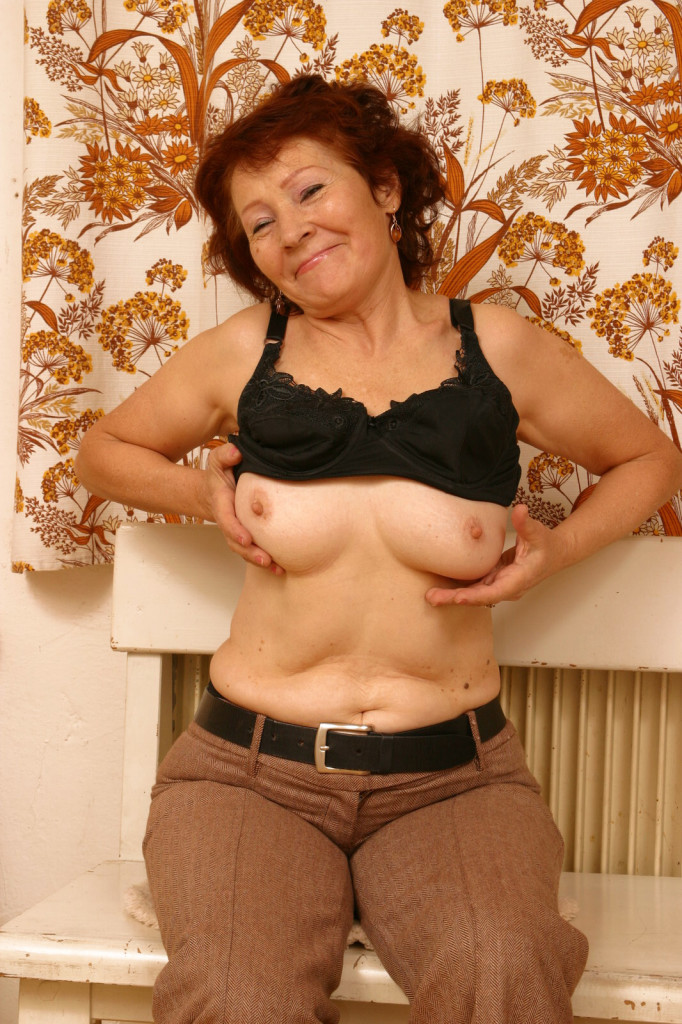 Hot GILF getting ready to chat live!